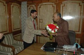 श्री ए.बी.अग्रवाल, अध्यक्ष, भाखडा ब्यास प्रबन्ध बोर्ड श्री प्रेम कुमार धूमल, माननीय मुख्यमंत्री हिमाचल प्रदेश से भेंट करते हुए ।